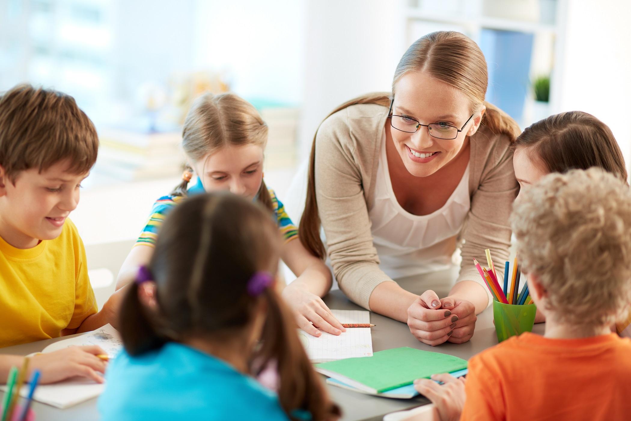 Faut-il (vraiment) faire un cadeau à la maîtresse de vos enfants ?